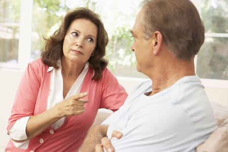 Ehefrauen: Senior Couple Having Streit zu Hause  Lizenzfreie Bilder