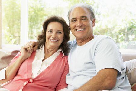 ancianos felices: Senior pareja relajante At Home