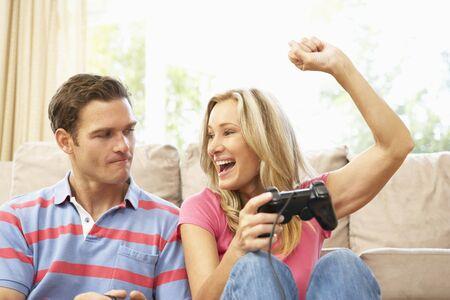 MÅ'ode sprzÄ™gniÄ™cie Playing Computer Game On Sofa domu