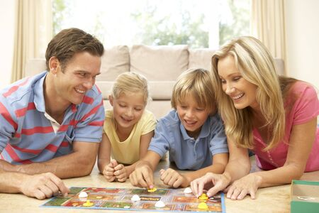 hermanos jugando: Roll Board Game en casa de familia
