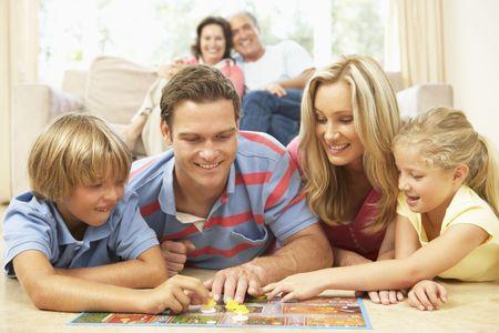 brettspiel: Familie spielen Brettspiele zu Hause mit Gro�eltern ansehen  Lizenzfreie Bilder