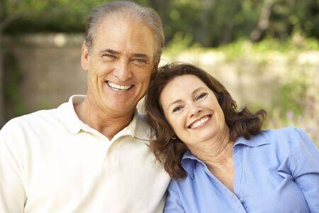 Couple senior relaxant dans un ensemble de jardin  Banque d'images - 6452483