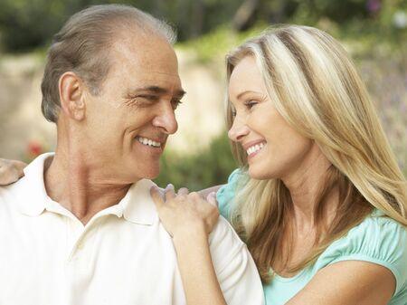 adultos: Senior Man abrazando a hija de adulta