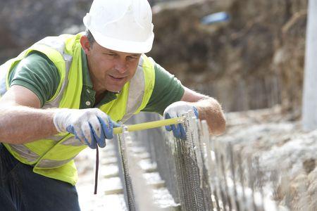 topografo: Medida de holding de trabajadores de construcci�n  Foto de archivo