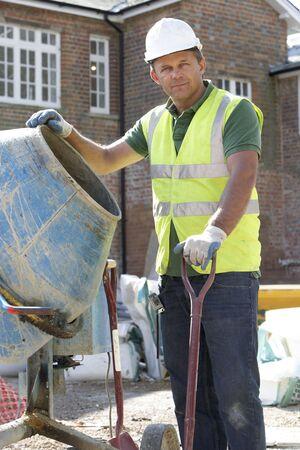 empleadas domesticas: Cemento de mezcla de trabajadores de construcci�n  Foto de archivo