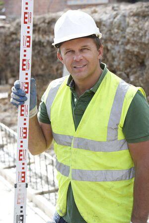 empleadas domesticas: Medida de holding de trabajadores de construcci�n  Foto de archivo