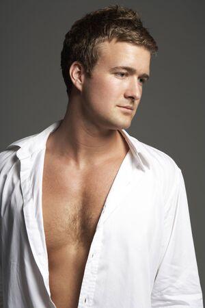 hombres musculosos: Retrato de estudio de la camisa de hombre Wearing Open  Foto de archivo
