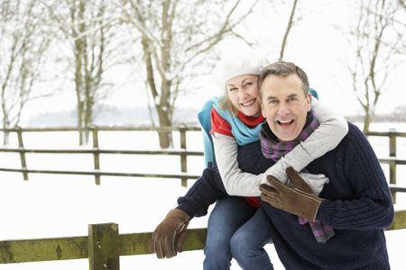ancianos caminando: Senior pareja permanente Outside In paisaje Snowy