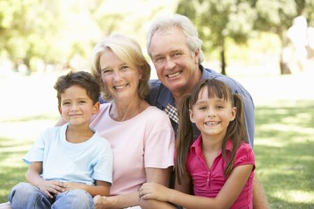 Nonni e nipoti, godendo di giorno nel parco