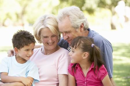 abuelos: Abuelos y nietos disfrutar el d�a en el Parque