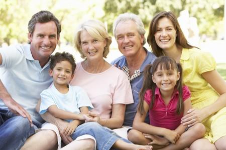 abuelos: Retrato de grupo extendido de familia disfrutando de d�a en el Parque