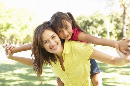 mama e hija: Giving de hija Ride, de regreso en el Parque de la madre