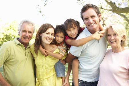 familia de cinco: Retrato de grupo extendido de familia disfrutando de d�a en el Parque