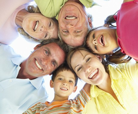 familia de cinco: Grupo de la familia extendida Looking Down en c�mara  Foto de archivo