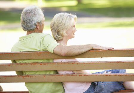 bench park: Senior pareja juntos sentado en el Banco del Parque  Foto de archivo