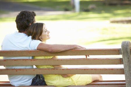 bench park: Par sentado juntos en la secci�n de Parque  Foto de archivo