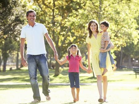 familia en jardin: Familia disfrutando de paseo en el Parque