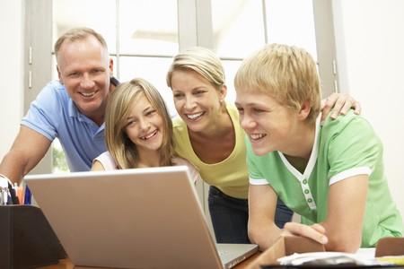 Mediante el ordenador portátil en casa de familia