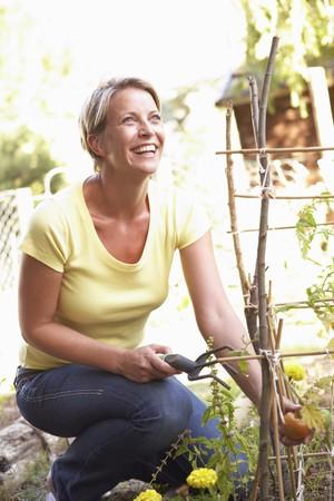 ひざまずく: 女性の庭でリラックス 写真素材