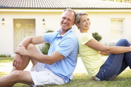 Dream Home: Paar Sitting Outside Traumhaus