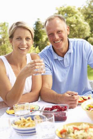 pareja saludable: Meal disfrutando de pareja en el jard�n  Foto de archivo