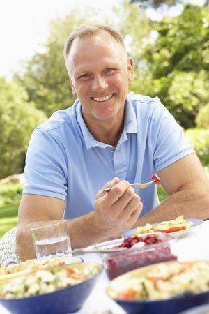 hombre comiendo: Hombre disfrutar de comidas en el jard�n