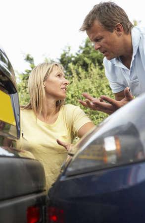 accidente transito: Hombre y mujer que se argumento a tener despu�s de accidentes de tr�fico