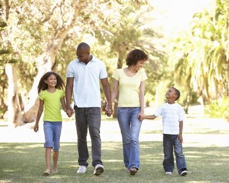 ni�os caminando: Retrato de familia feliz de senderismo en el Parque