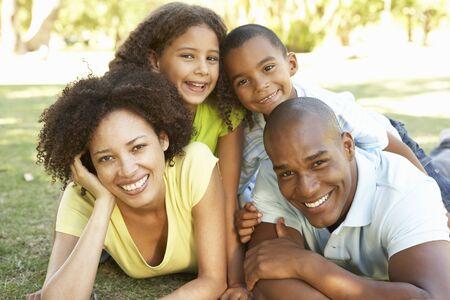famiglia in giardino: Ritratto di famiglia felice accumulata su nel parco