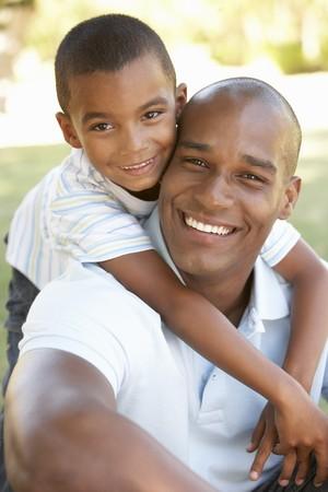 famiglia in giardino: Ritratto di felice padre e figlio nel parco