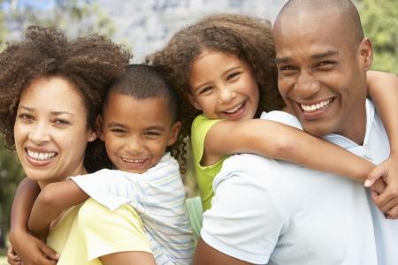 가족: 공원에서 행복 한 가족의 초상화
