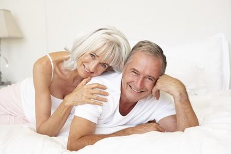 couple lit: Relaxant sur lit de hauts Couple Banque d'images