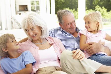 Ritratto di nonni con i nipoti relax insieme sul divano