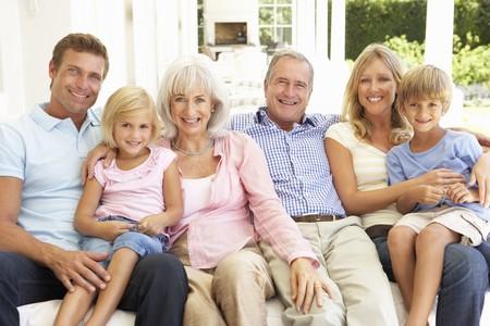 familia de cinco: Familia de Extended relajante juntos en el sof�