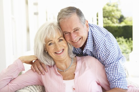 jubilados: Retrato de pareja Senior de relajaci�n juntos en sof�