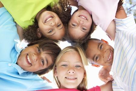 카메라에 아래를 내려다 보면서 아이들의 그룹 스톡 콘텐츠