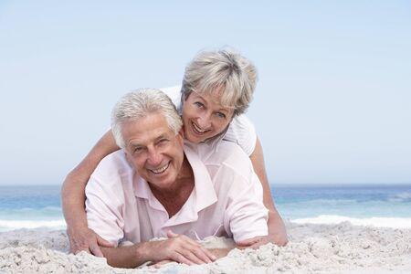 parejas caminando: Senior pareja relajante On Holiday Beach Foto de archivo