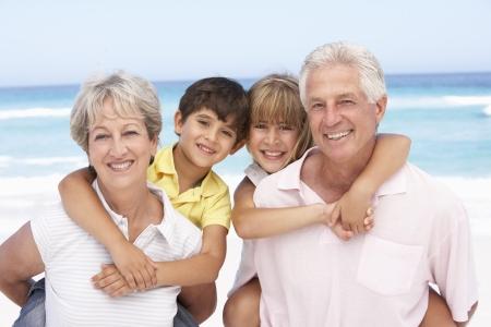 abuelos: Abuelos y nietos relajante On Holiday Beach