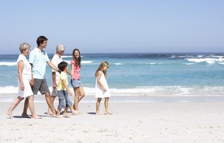 familia de cinco: Familia de generaci�n tres paseos a lo largo de la playa de Sandy
