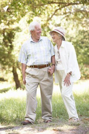 senioren wandelen: Senior koppel wandelen in het Park