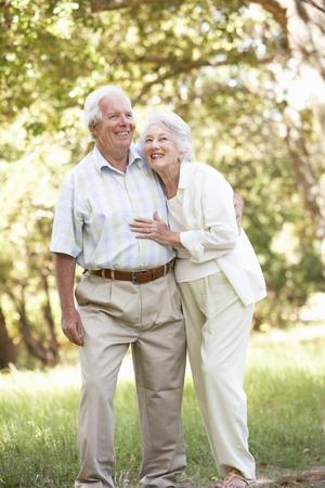 ancianos caminando: Senior pareja caminando en el Parque Foto de archivo