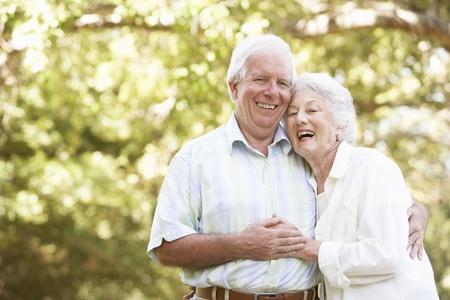 tercera edad: Senior pareja caminando en el Parque Foto de archivo