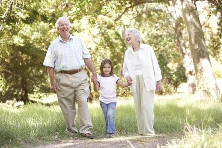 Großeltern In Park With Granddaughter Standard-Bild