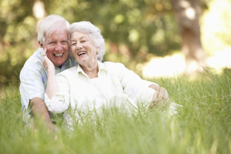 tercera edad: Senior pareja sentado en el Parque Foto de archivo
