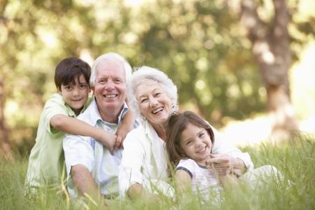 abuelos: Abuelos en parque con nietos
