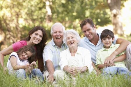 famille: Portrait de groupe de la famille élargie dans parc