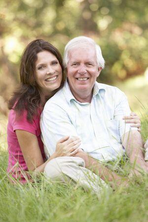 pere et fille: Homme sup�rieur avec une fille adulte dans le parc
