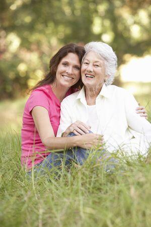 mama e hija: Mujer senior con la hija de adulta en el Parque Foto de archivo