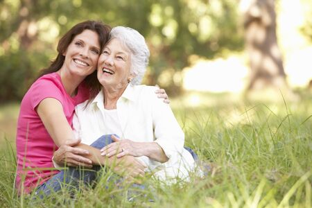 madre e hija: Mujer senior con la hija de adulta en el Parque Foto de archivo