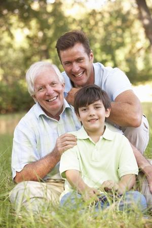vertical: Abuelo con el hijo y nieto de Parque